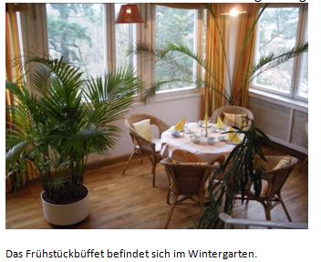 Das Frühstückbüffet befindet sich im Wintergarten.