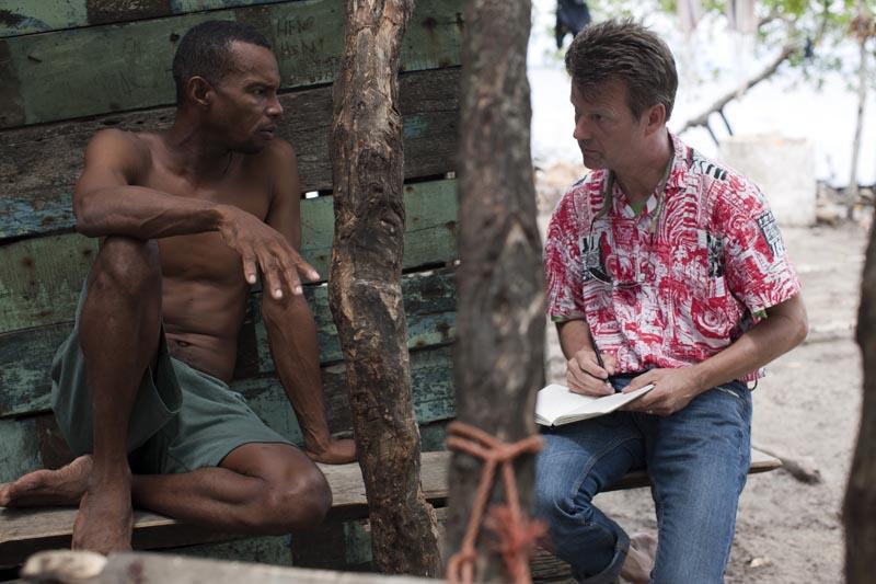 Peter Korneffel (r) im Gespräch mit einem Fischer auf der Insel Santa Cruz del Islote / Kolumbien, der am dichtesten besiedelten Insel der Erde.