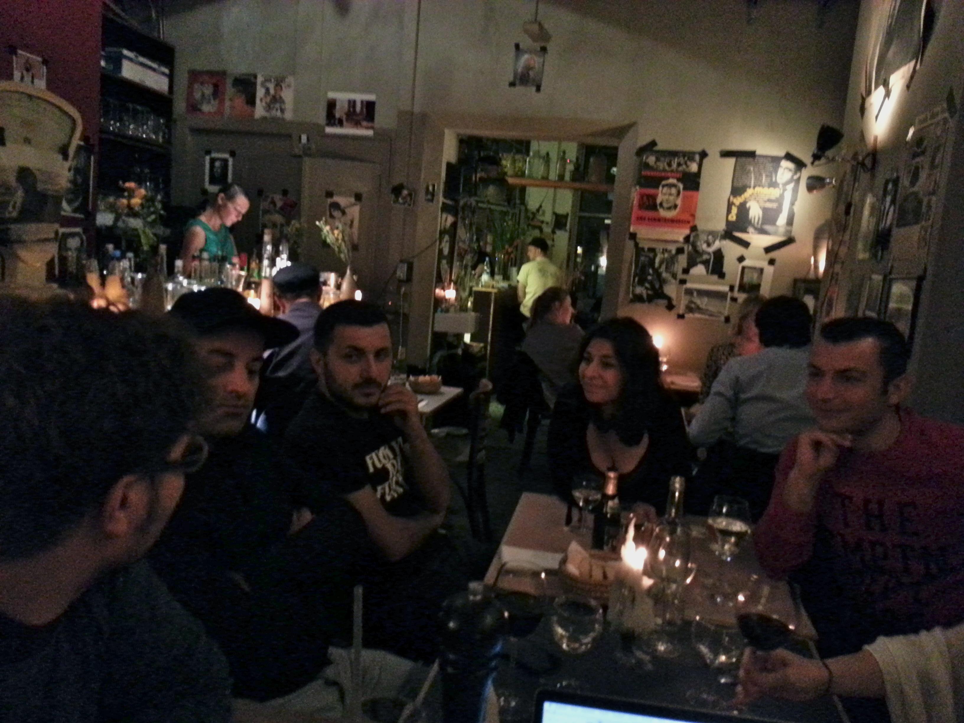 An einem Tisch in Berlin