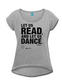 LET US READ | Frauen-T-Shirt mit gerollten Ärmeln und Voltaire-Zitat