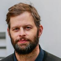 """Inhaltsspalte """"Lebende Bücher"""" und das internationale literaturfestival berlin 2019 präsentieren: John Wray (USA, Österreich) liest aus: """"Gotteskind"""""""