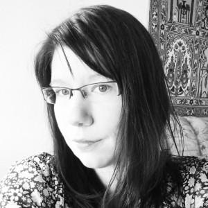 Katja Plifke liest am liebsten auf Englisch und bloggt seit 2010 auf ZWISCHEN DEN SEITEN